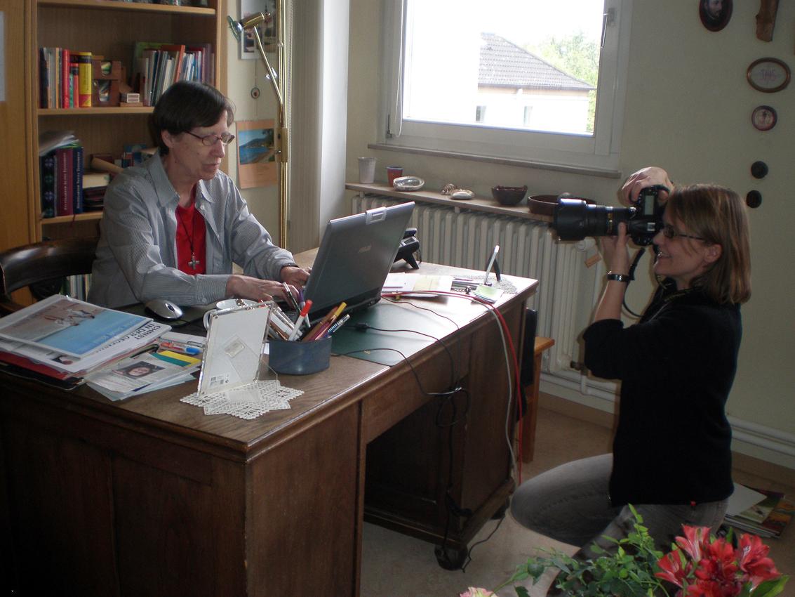 Die Ordensschwester Raphaela fotografiert die Fotografin Esther Beutz wie sie wiederum Schwester Beate fotografiert.  Ort der Aufnahme ist das Zimmer von Schwester Beate, Maria Ward Schwester, in einem Kloster an der Hildesheimer Strasse in Hannover.