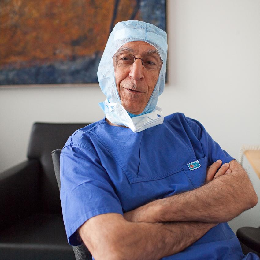 Neuchirurgischer Eingriff am offenen Gehirn, Prof. Samii vom INI Hannover. In einem Ruheraum neben dem OP-Raum wartet Prof. Samii auf seinen Einsatz. Der sehr jugendlich wirkende Chirurg tritt erst in Aktion, wenn die zu operierenden Gehirnteile freigelegt sind. Für meine Reportage begleite ich für ein paar Stunden den heute 72-jährigen Neuchirurgen Prof. Dr. Madjid Samii. Der gebürtige Iraner ist seit über 45 Jahren auf dem Gebiet der Neurochirurgie tätig und einer der führenden Neurochirurgen. Das von ihm gegründete International Neuroscience Institute (INI) in Hannover ist eine der modernsten Neurokliniken der Welt.  In seiner ersten Operation am Vormittag des 7. Mai entfernte Prof. Samii und ein 8-köpfiges Team einer Frau einen Tumor aus dem Gehirn. Um den Tumor möglichst radikal aber schonend entfernen zu können, wurde das Gehirn der Patientin zuvor in einem Kernspintomographen vermessen. Die so mit modernster Neuronavigation durchgeführte Operation verlangte über Stunden absolute Konzentration und Präzision. Die freistehende Arbeit erfordert nicht nur geistige sondern auch absolute körperliche Fitness.