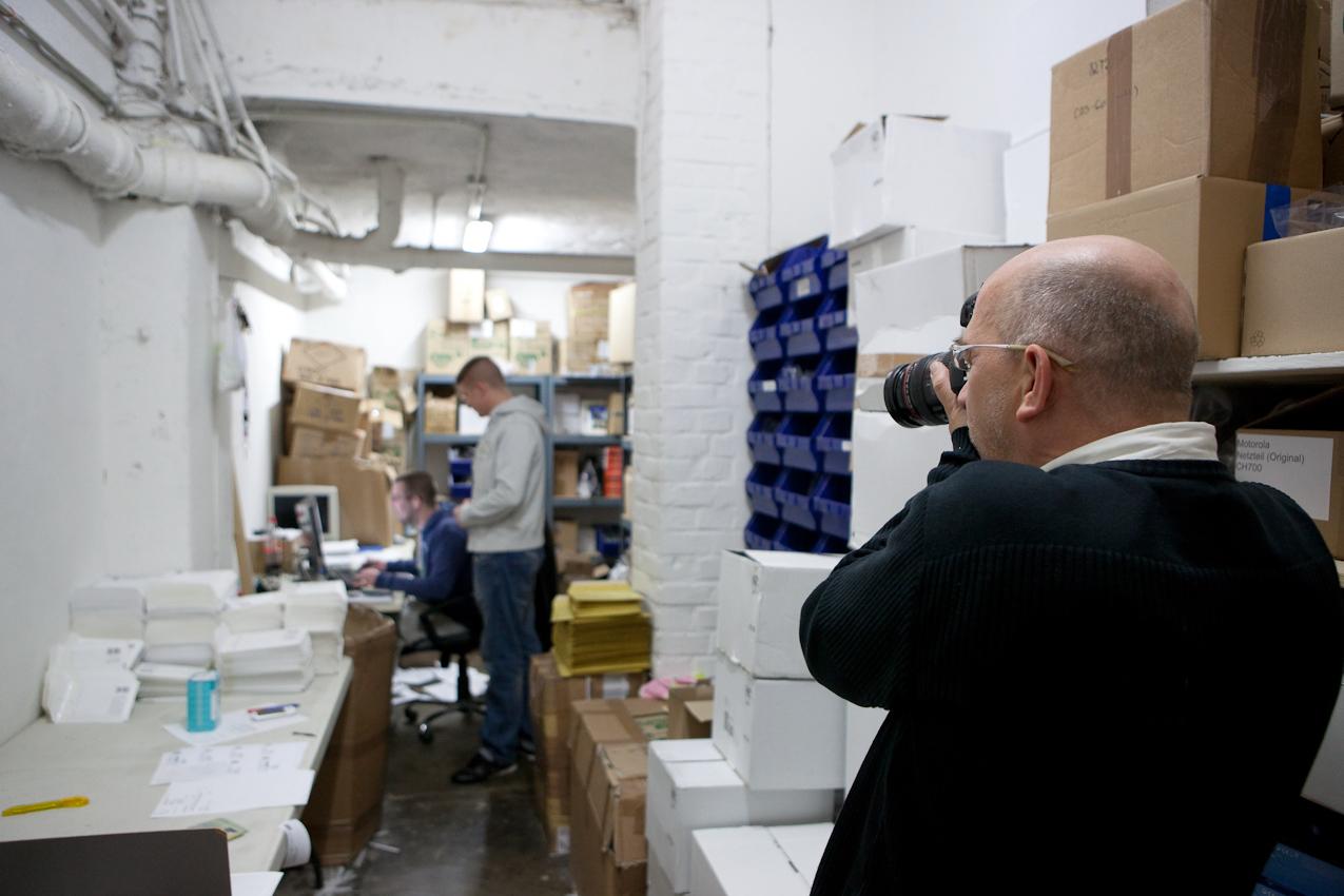 Making Off:  Jürgen Schulzki fotografiert: Die beiden Brüder Jan und Constantin Bloemer sind E-Bay-Powerseller. Sie betreiben ihr Geschäft in einem sehr engen Kellerraum in der Kölner Innenstadt. Hier werden ihre Produkte aus der ganzen Welt Paketweise angeliefert. Nach wenigen Tagen werden die Elektronikartikel einzeln verpackt und auf den Weg zu ihren Käufern geschickt. So verlassen nahezu 200 Briefe und Päckchen jeden Tag den engen Kellerraum. Köln, 07.05.2010 - 14.23 Uhr  bis 15.51 Uhr Constantin Bloemer - Fotograf Jürgen Schulzki Köln