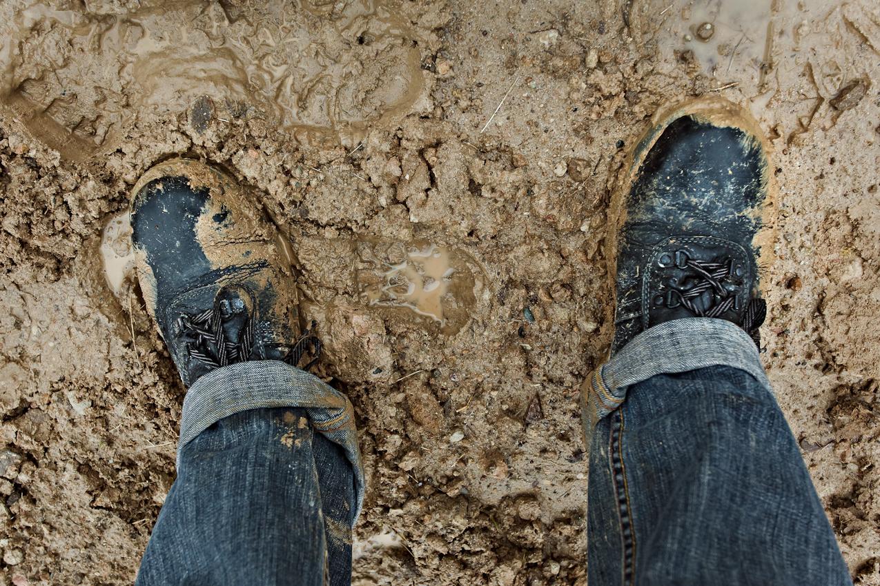 Volker Wiciok:: Ab sechs Uhr morgens in Thueringen beim Hausbau gut geruestet waere ich mit diesen Stahlkappen-Schuhen, dachte ich. Versinke ich auch im vom Regen aufgeweichten Boden, sind doch meine Zehen dank Stahlkappen vor herabstuerzenden Gegenstaenden wirksam geschuetzt. Schoen waere es nun noch, wenn die Fuesse um halb elf langsam wieder auftauen wuerden. Nieselregen und 5 Grad Celsisus sind dabei nicht hilfreich.