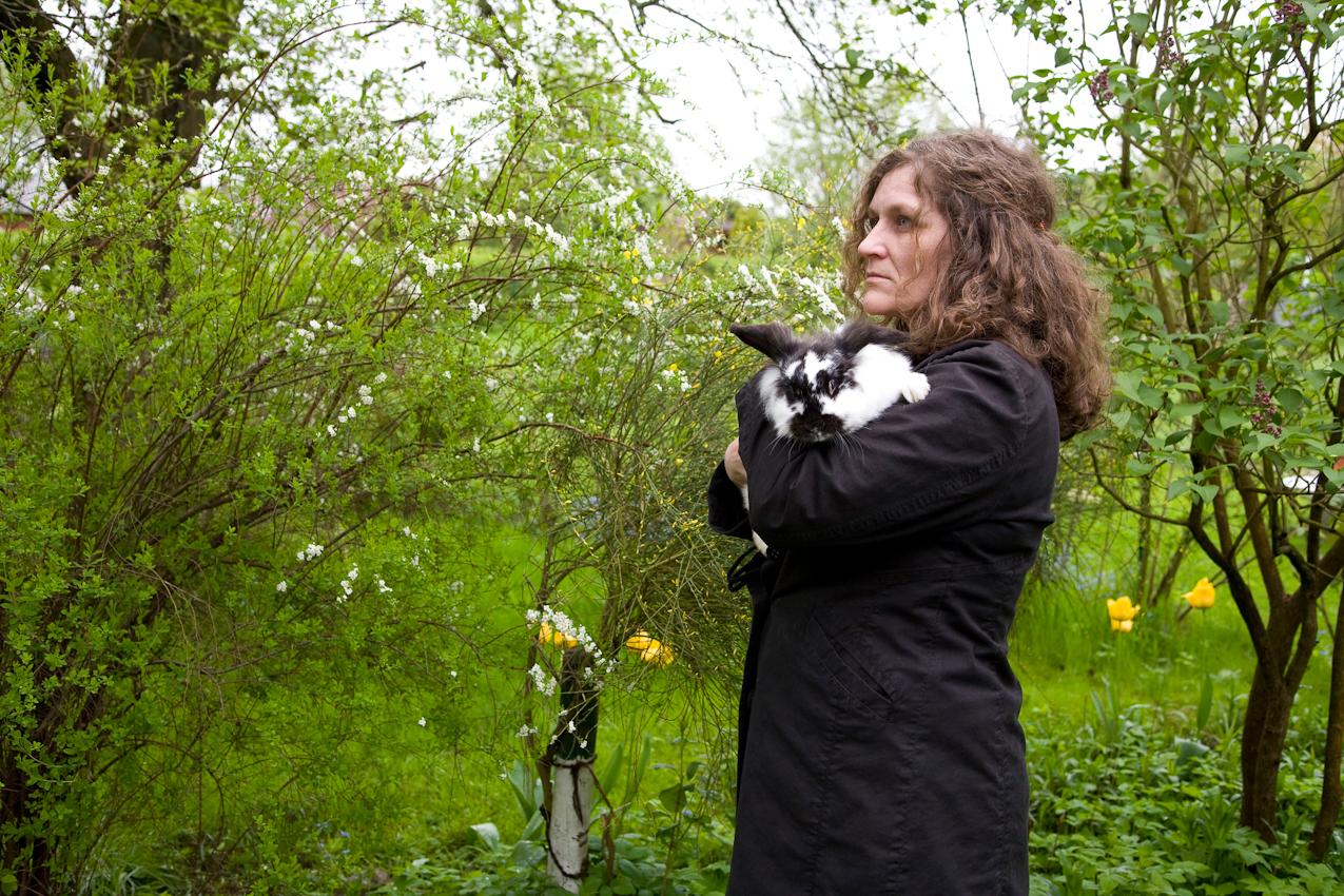 Sylvia H. streichelt ihr Kaninchen. Kleingartenverein Tarpenhoh in Hamburg-Niendorf, 7. Mai 2010