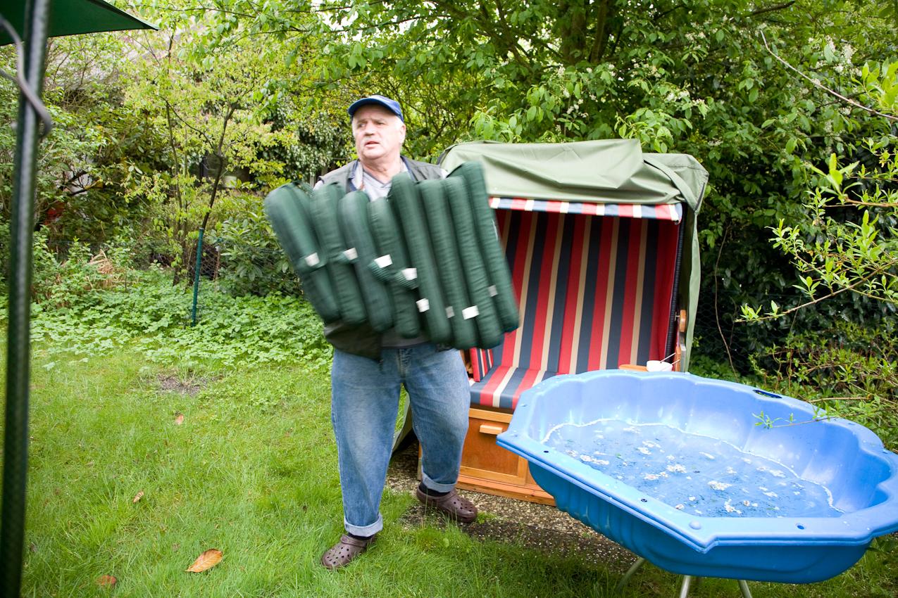 Klaus M. richtet die Gartenmöbel her. Kleingartenverein Tarpenhoh in Hamburg-Niendorf, 7. Mai 2010