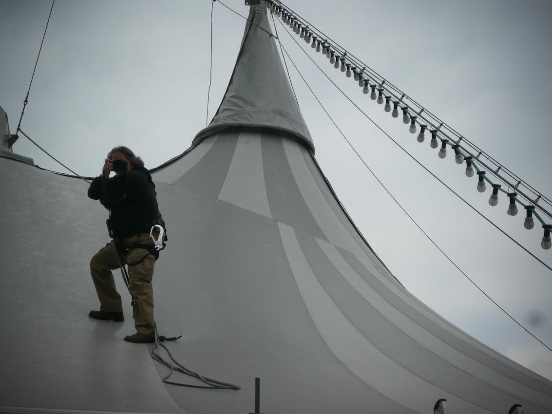 Fotograf Thomas Räse beim Besteigen des Zeltdaches für eine Totale mit Blick auf das Kanzleramt
