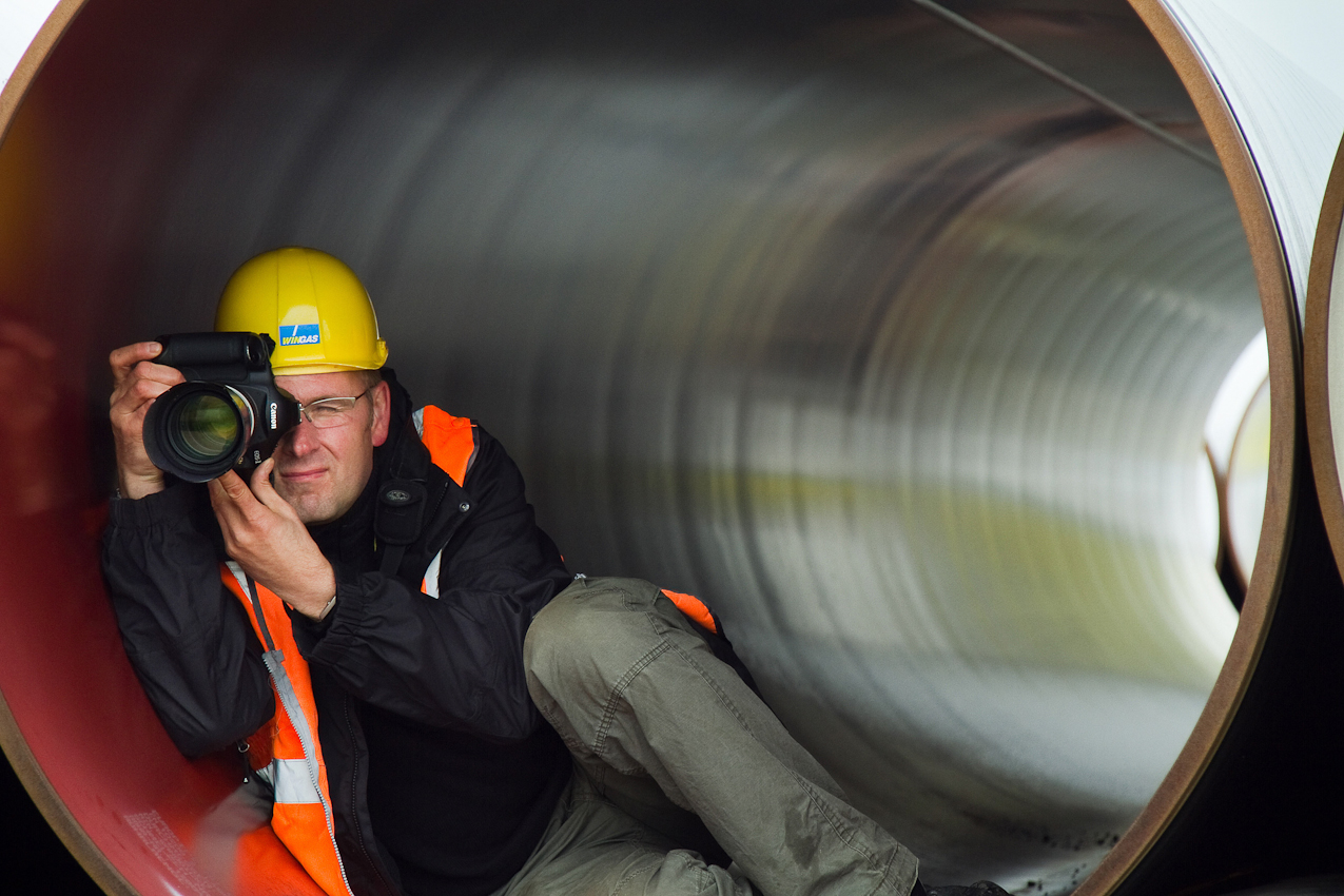 Die OPAL (Ostsee-Pipeline-Anbindungs-Leitung) ist derzeit die größte Baustelle Europas. Sie wird ab 2011 auf dem 470 KM langen Teilstück durch Deutschland, zwischen Lubmin (an der Ostsee) und Olbernhau (an der Tschechischen Grenze) Erdgas aus Sibirien transportieren. Fotograf Thomas Rosenthal bei der Arbeit in einem der 17,54m langen Rohrelemente auf dem Lagerplatz bei Dreesch (Brandenburg)