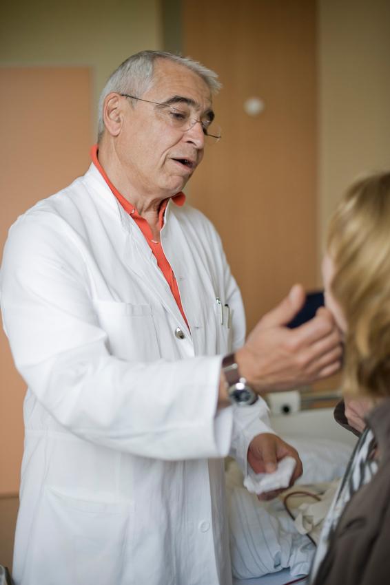 Prof. Dr. med. H. Peter Scheidel streicht einer seiner Brustkrebspatientinnen während der Chefarztvisite auf der Station A4 im Krankenhaus Jerusalem tröstend über die Wange.